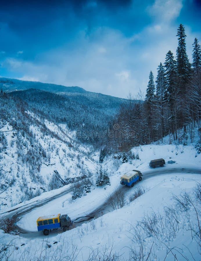 与游人的Ars乘坐山路对滑雪胜地 免版税库存照片