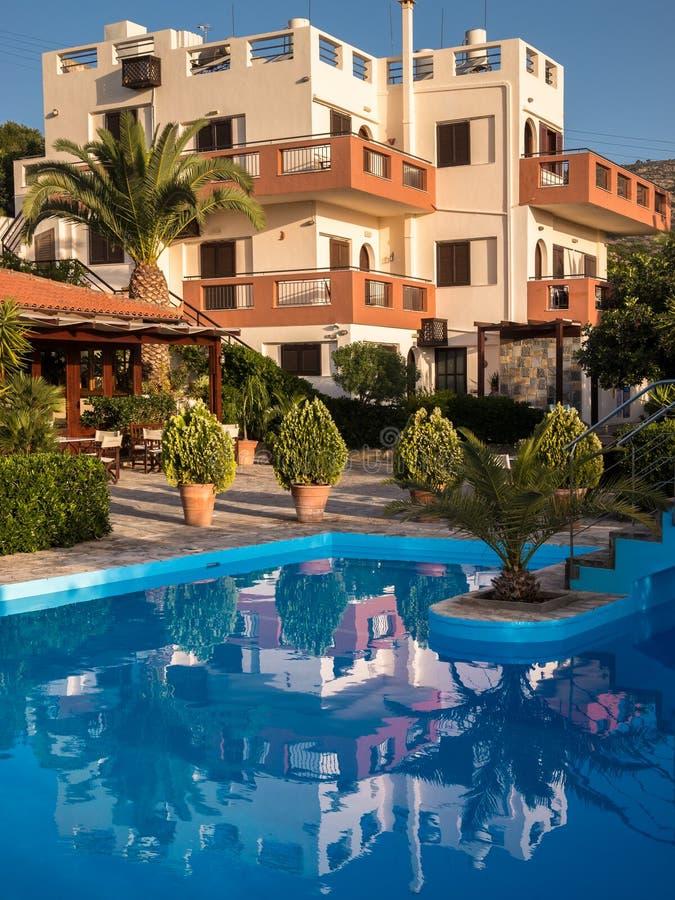 与游泳池的假日公寓 免版税库存照片
