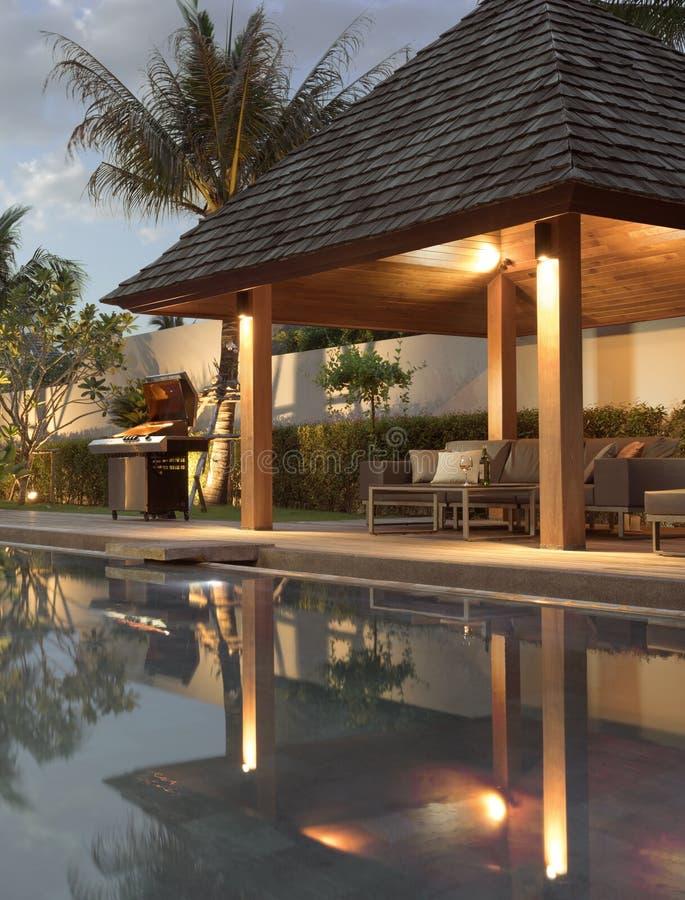 与游泳池的现代别墅 免版税图库摄影