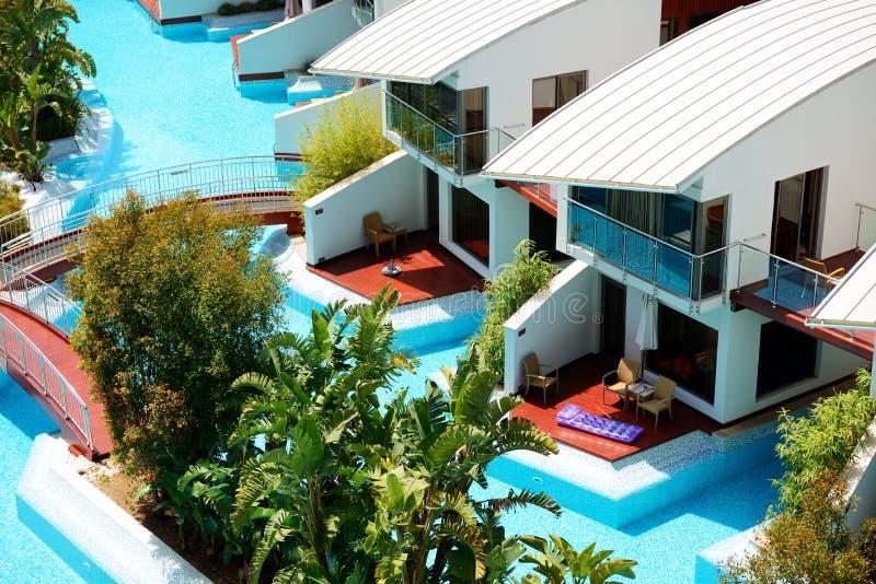 与游泳池的现代别墅在豪华旅馆 免版税图库摄影