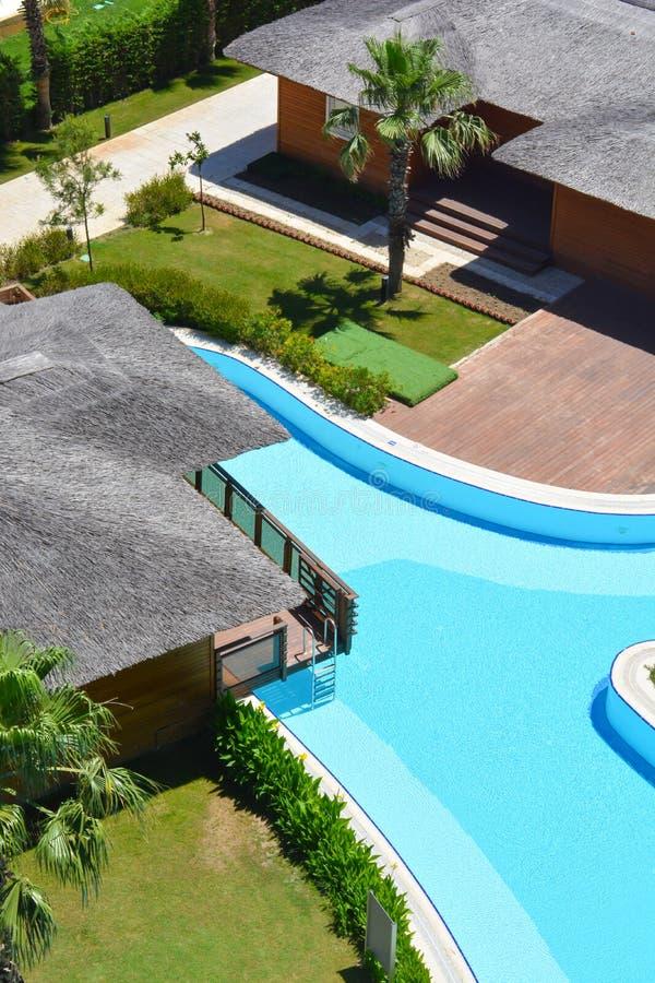 与游泳池的竹屋顶别墅 库存图片