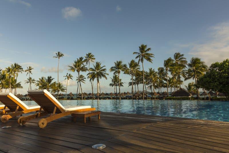 与游泳池的美好的热带海滩前面旅馆手段, 库存图片