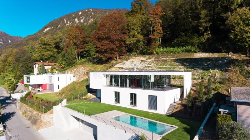 与游泳池,鸟瞰图的现代别墅 免版税图库摄影