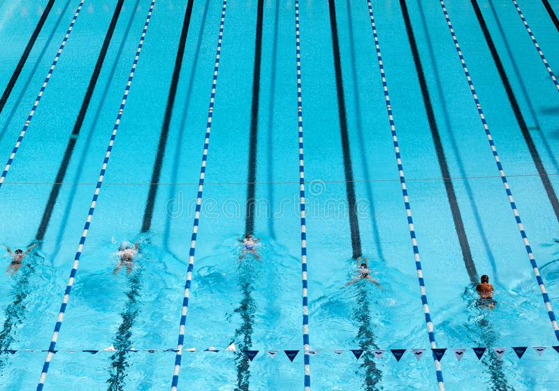与游泳者的蓝色游泳池 免版税图库摄影