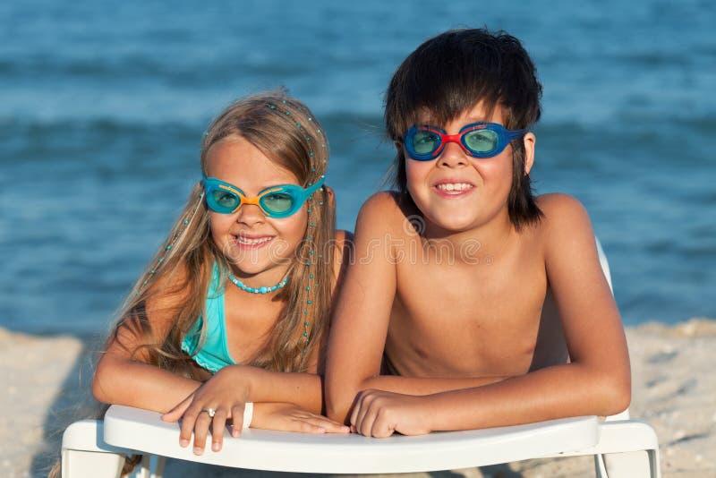 与游泳风镜的孩子在海滩 库存图片