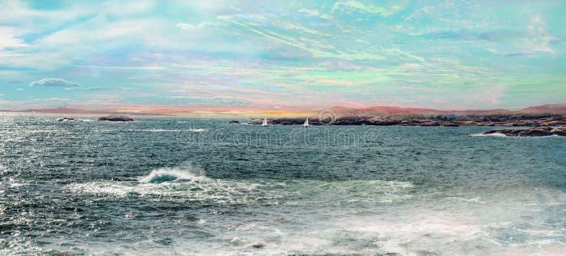 与游艇和五颜六色的天空的海景 免版税库存照片