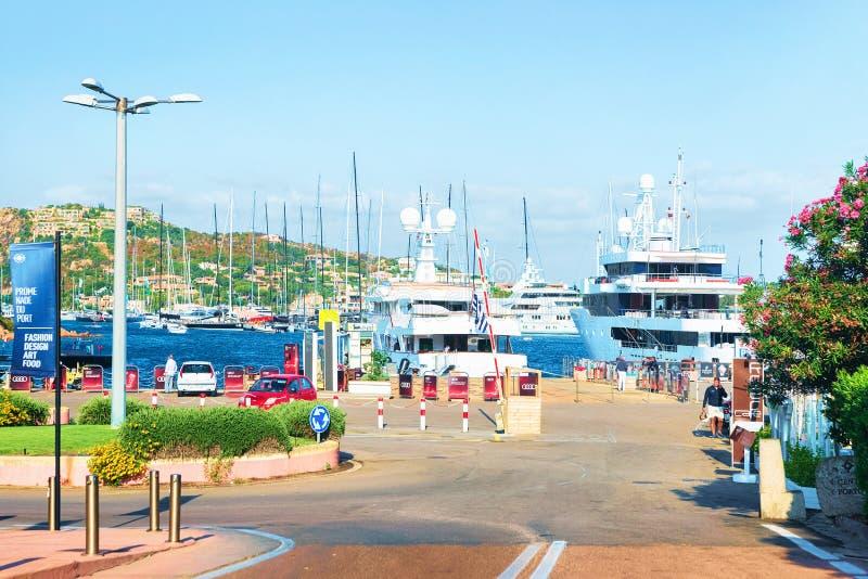 与游艇的堤防在波尔图塞尔沃科斯塔埃斯梅拉达岛撒丁岛 免版税图库摄影