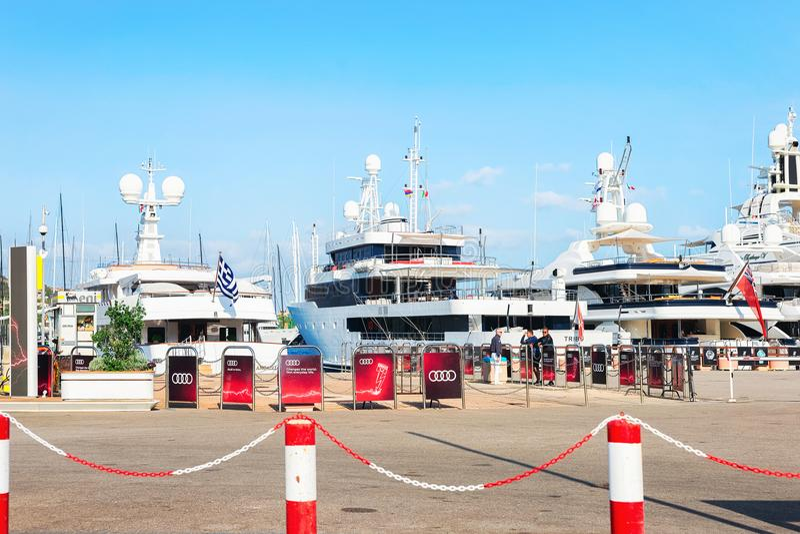 与游艇的堤防在波尔图塞尔沃科斯塔埃斯梅拉达岛撒丁岛 免版税库存图片