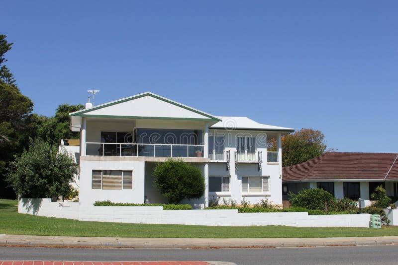 与游廊,澳大利亚的豪华现代别墅 免版税库存图片
