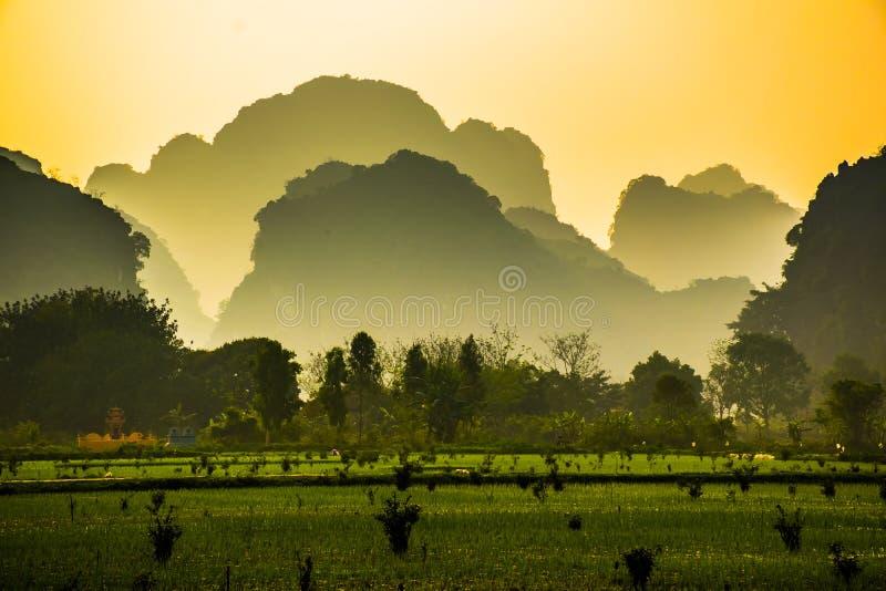 与湖、河和的Trang, Ninh Binh,越南的惊人的小山的美好的lanscape 库存照片