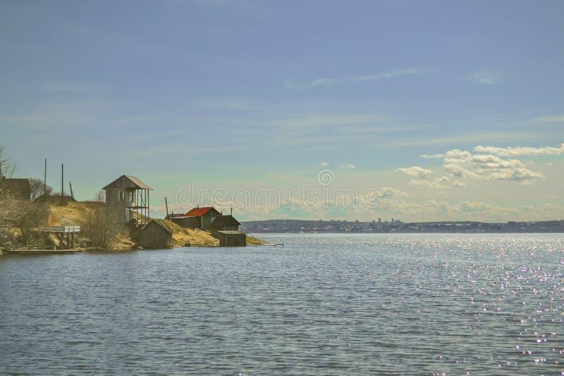 与湖和几个村庄房子的风景小海角的 库存照片