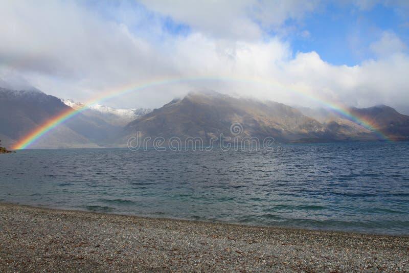 与湖和山的彩虹 免版税库存照片