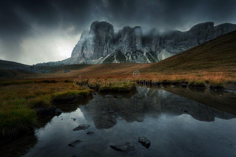 与湖和黑暗的壮观的云彩的山风景在 库存图片