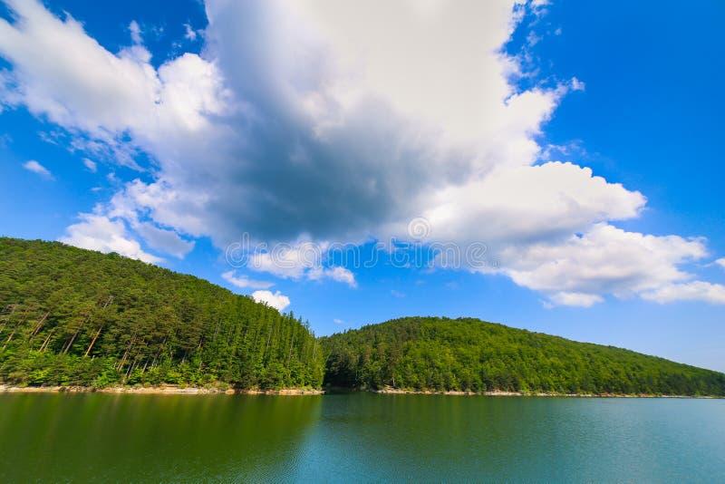 与湖森林围拢的Gozna的山风景在Valiug 免版税库存照片
