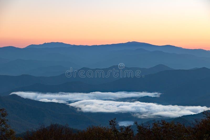 与湖的在谷的阿巴拉契亚山脉和云彩 免版税库存照片