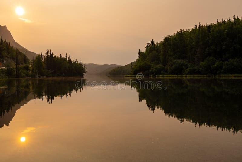 与湖的风景在早晨在阿拉斯加 免版税库存图片