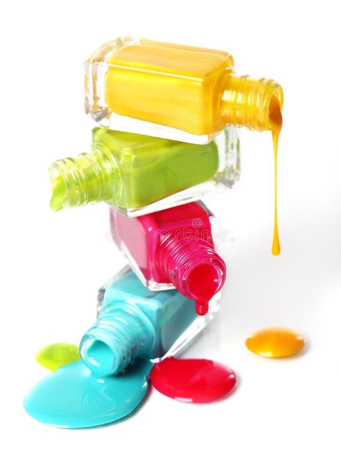与溢出的指甲油的瓶 免版税库存图片