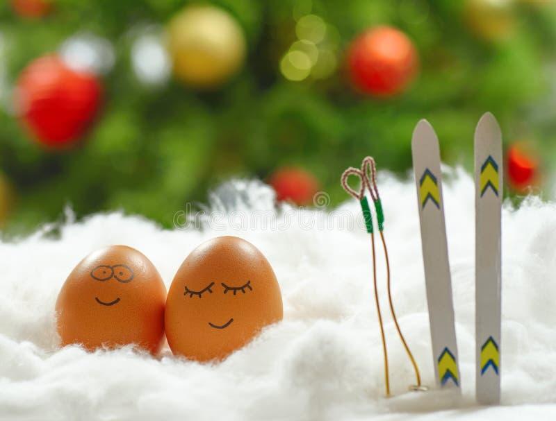 与滑雪的滑稽的可爱的鸡蛋在雪 库存照片