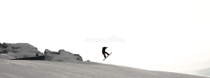 与滑雪者的滑雪倾斜日落的 Trentino,意大利 库存照片