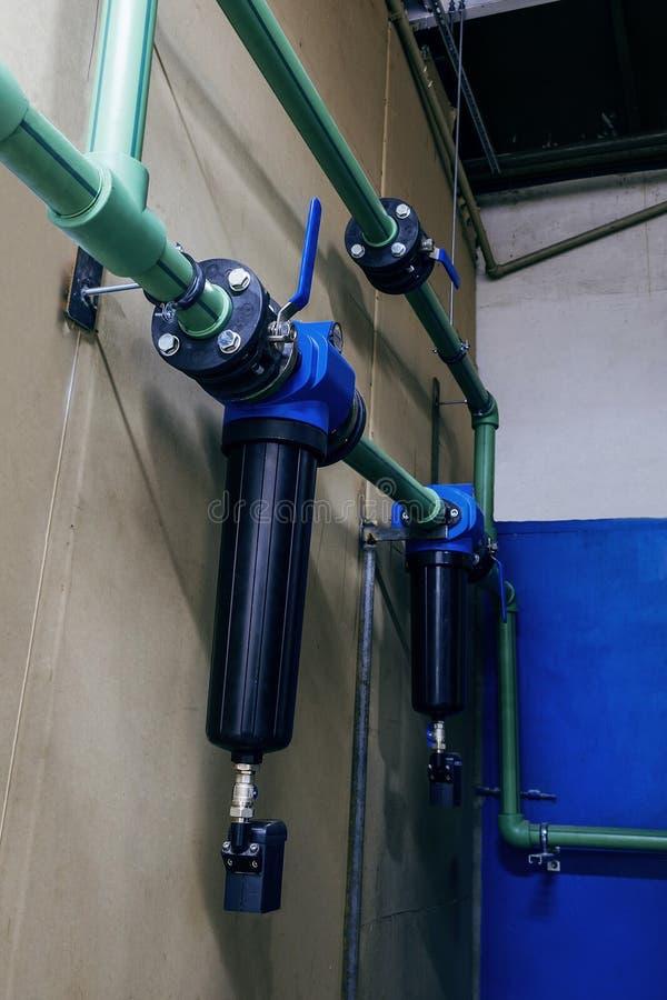 与滤水器的现代工业管道暖气的 图库摄影