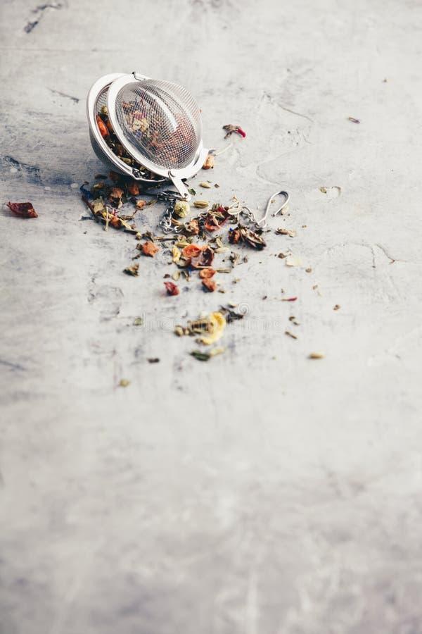与滤茶器的茶构成用健康清凉茶 库存图片