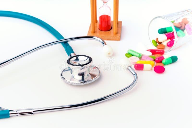 与滴漏概念医生的和医疗护理的人检查的听诊器和药物药片愈合患者 库存图片