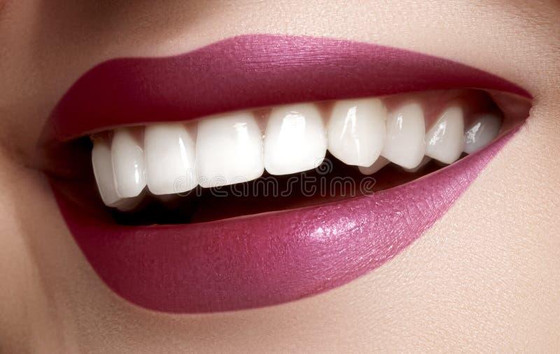 与漂白牙的美好的微笑 牙齿照片 完善的女性嘴, lipscare rutine宏观特写镜头  库存图片