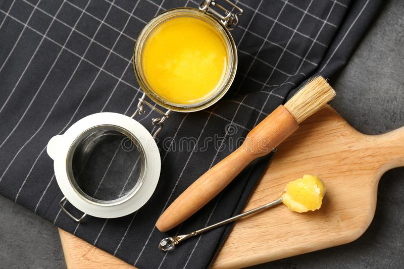 与澄清了的黄油和涂抹刷子的平的被放置的构成 免版税库存照片