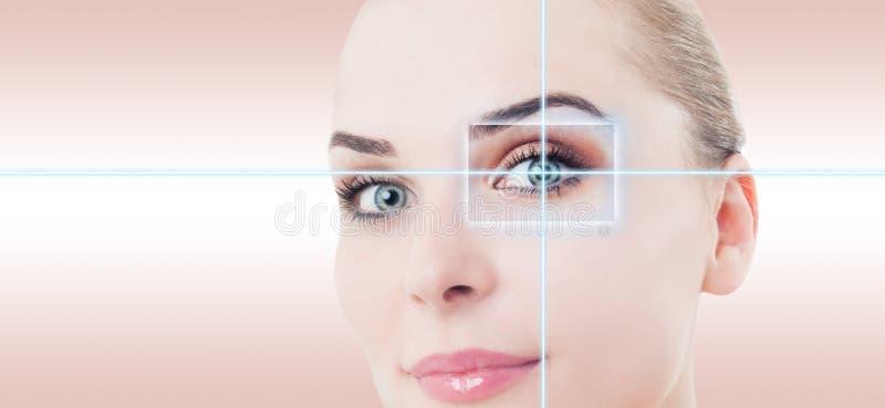 与激光高科技证明的妇女未来派眼睛 库存照片