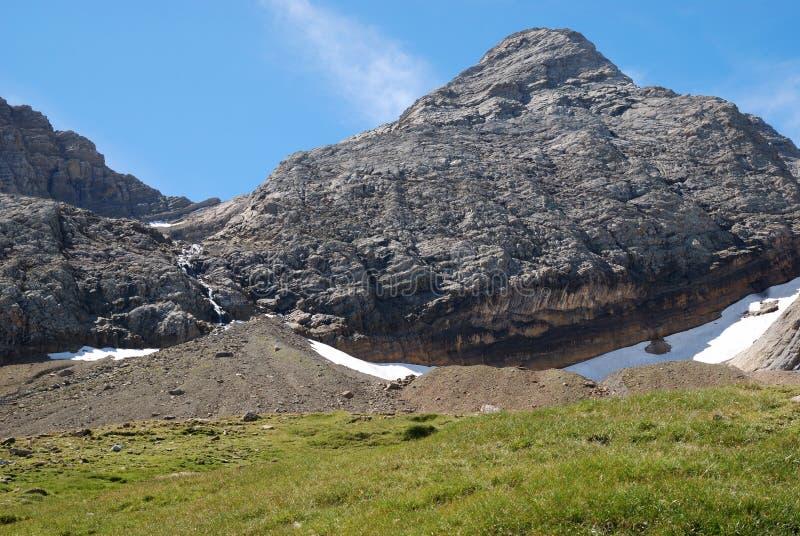 与瀑布、冰碛和冰川的山Taillon在夏天。 库存图片