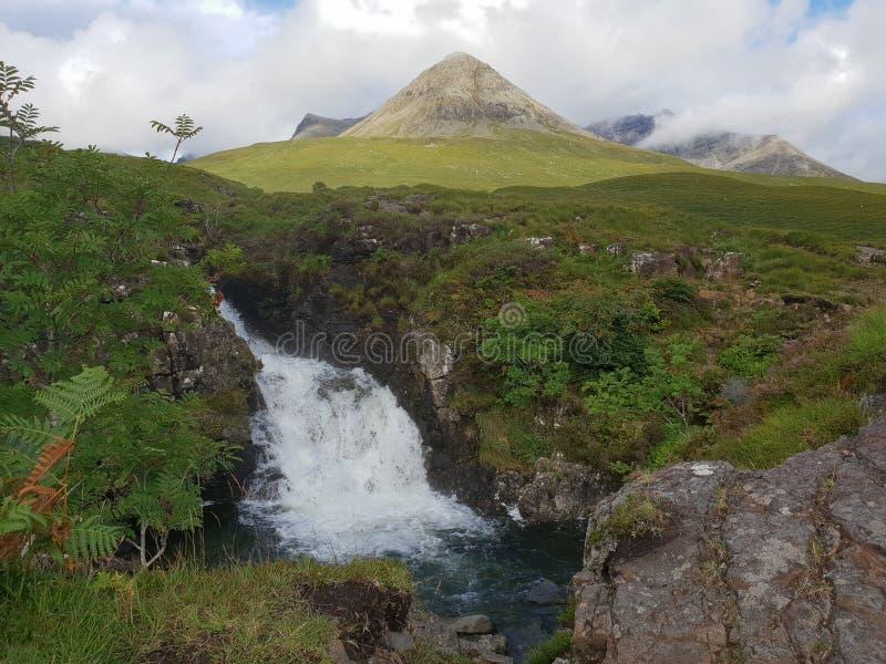 与瀑布的令人惊讶的背景山 免版税图库摄影