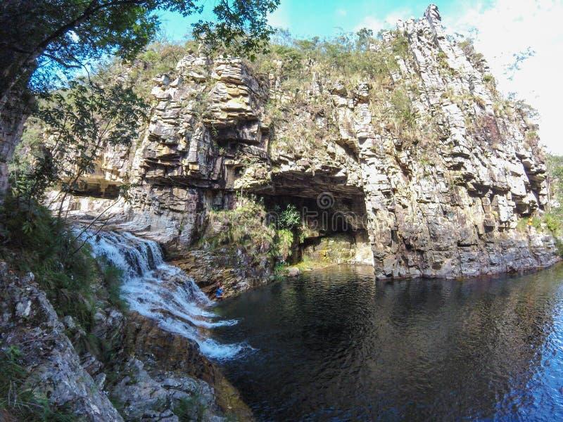 与瀑布的大峡谷在Serra da Canastra地区的一条小河在巴西 免版税图库摄影