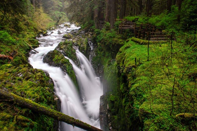与瀑布的山小河 库存照片