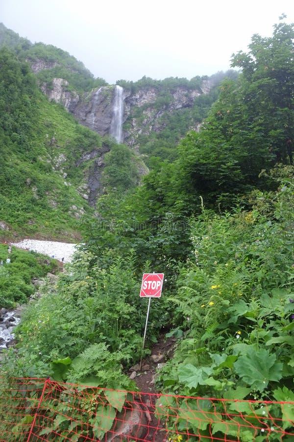 与瀑布3的山景 库存照片