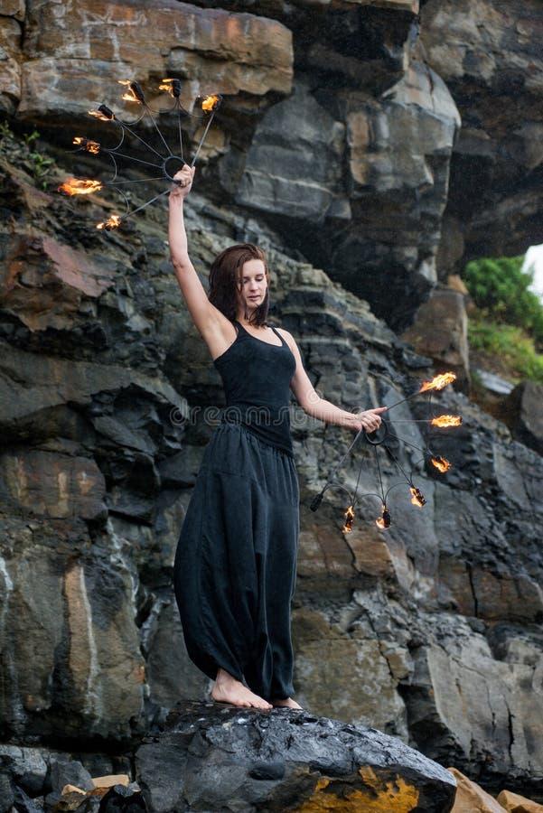 与火展示的戏剧在海的岸 图库摄影