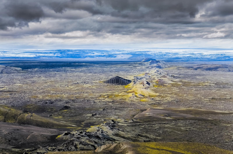 与火山口链子, Lakagigar的剧烈的火山的风景 免版税库存照片
