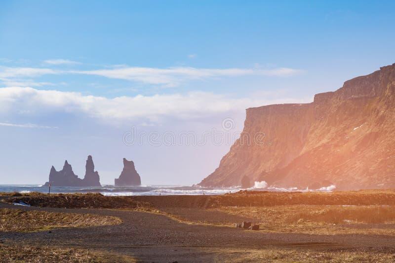 与火山山的冰岛自然风景海岸地平线 免版税图库摄影