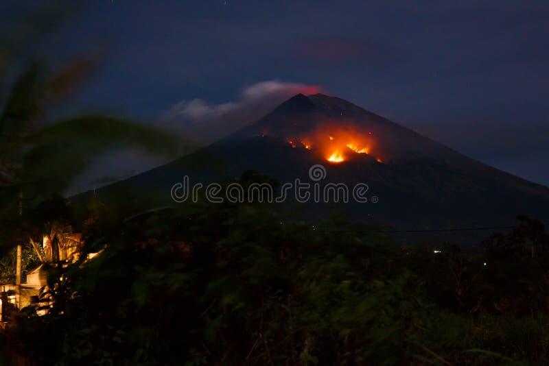 与火山阿贡lave的爆发在巴厘岛,印度尼西亚 免版税库存图片