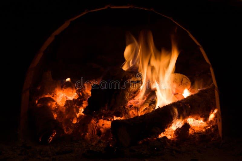 与火焰、木柴和煤炭的俄国火炉 免版税库存照片