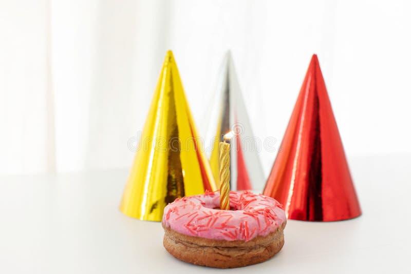 与火的一个蜡烛在多福饼 库存图片