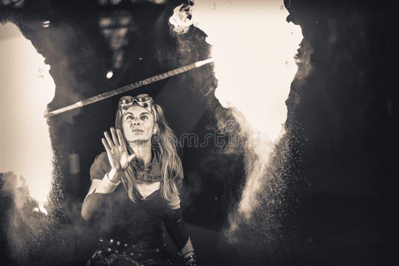 与火的女孩戏剧夜 图库摄影