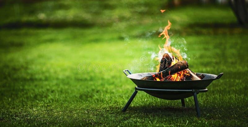 与火的烤肉格栅 库存照片