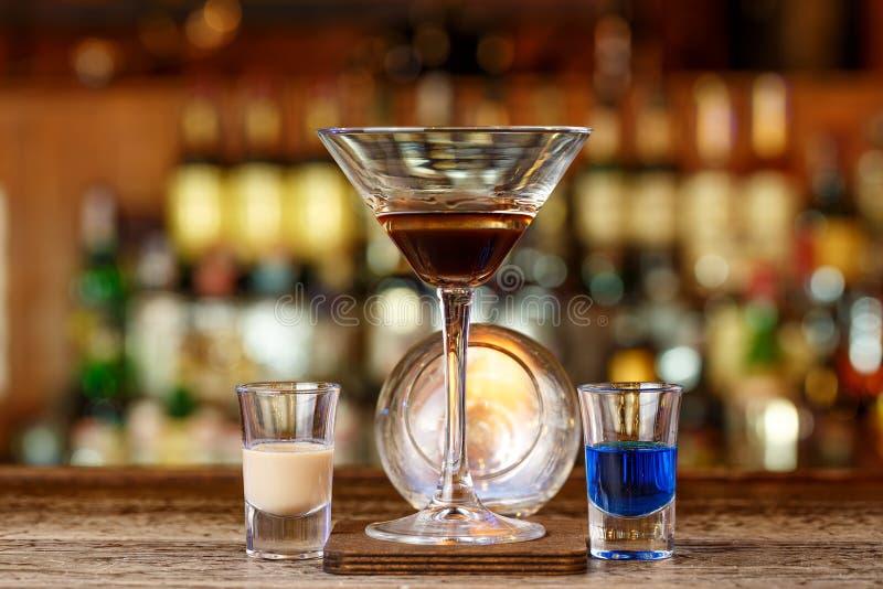 与火的鸡尾酒在酒吧 库存照片