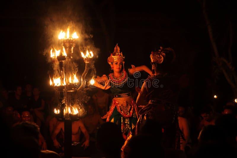 与火的巴厘语妇女舞蹈传统balinise舞蹈 免版税图库摄影