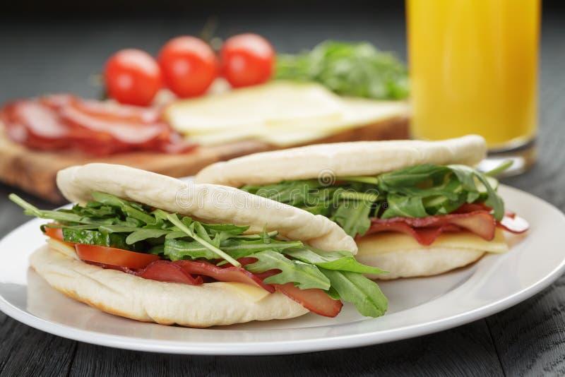 与火腿芝麻菜和蕃茄的两个三明治 库存照片