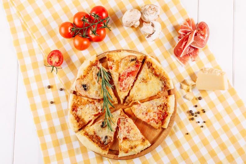 与火腿蕃茄乳酪平的位置的辣香肠烘饼 免版税图库摄影