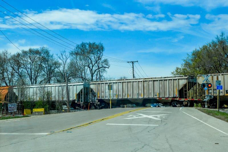 与火车横穿的平交道口在交叉点 免版税库存图片