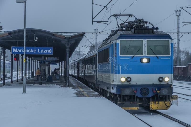 与火车的驻地玛丽亚温泉市在黑暗的雪冬日 库存照片