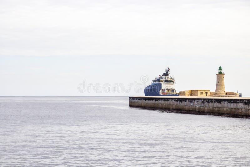 与灯塔和船的马尔他海景 免版税库存图片
