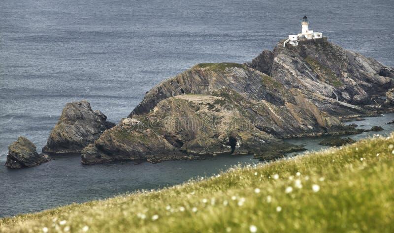 与灯塔的苏格兰海岸线风景在舍特兰群岛 免版税库存图片